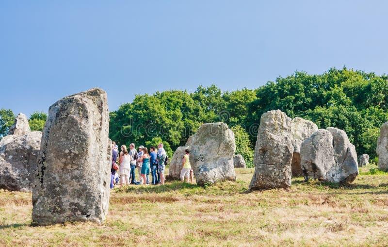 Красивый вид стоящих выравниваний камней, менгиров, в Carnac, Бретань, Франция Megalithic ориентир стоковые фото