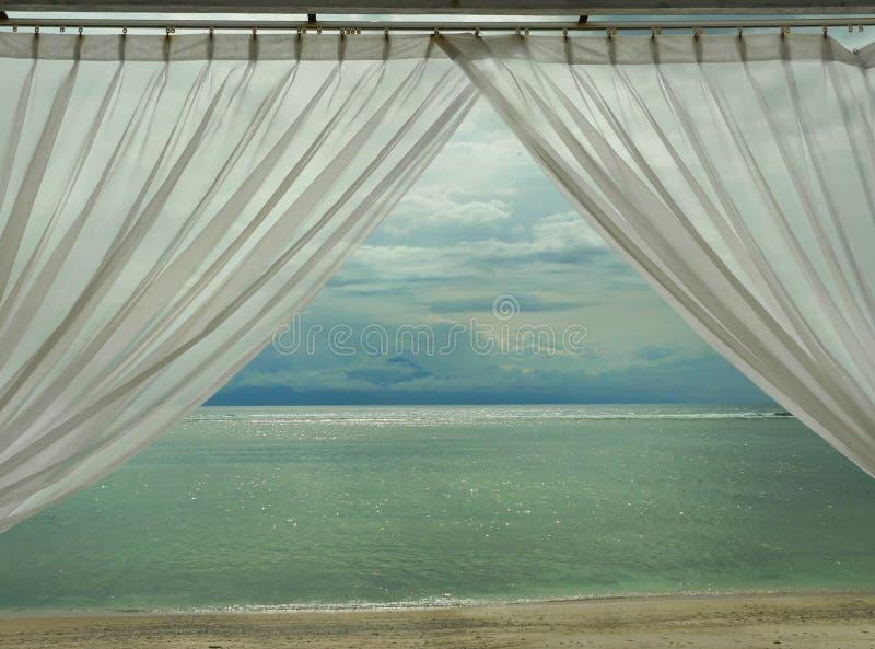 Красивый вид тропического пляжа на пляже острова Gili Lombok в Индонезии в Азии через комнату окна роскошного курорта с стоковая фотография