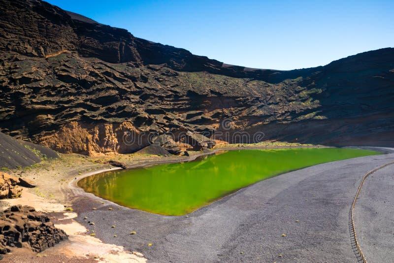 Красивый вид озера El Golfo в Лансароте, Канарских островах стоковые фотографии rf