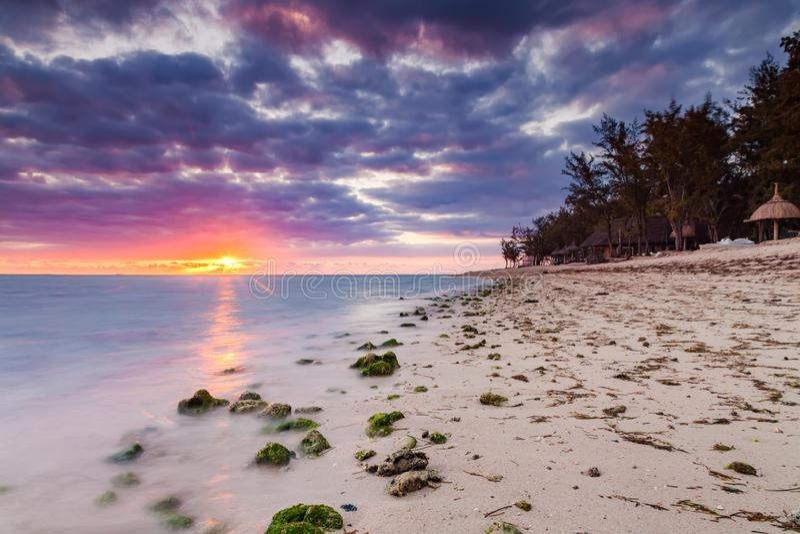 Красивый заход солнца на пляже в тропическом курорте на Острове Реюньон стоковое изображение