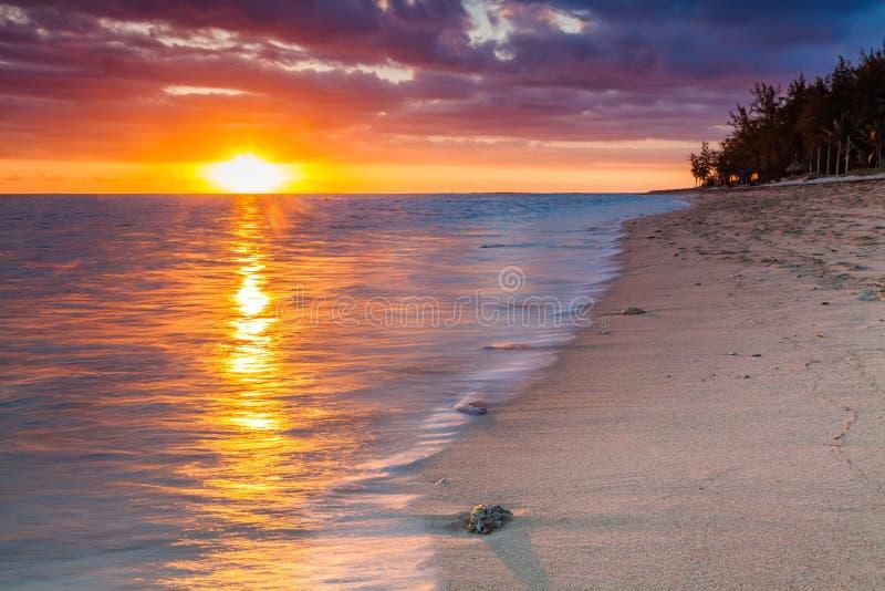 Красивый заход солнца на пляже в тропическом курорте на Острове Реюньон стоковое изображение rf