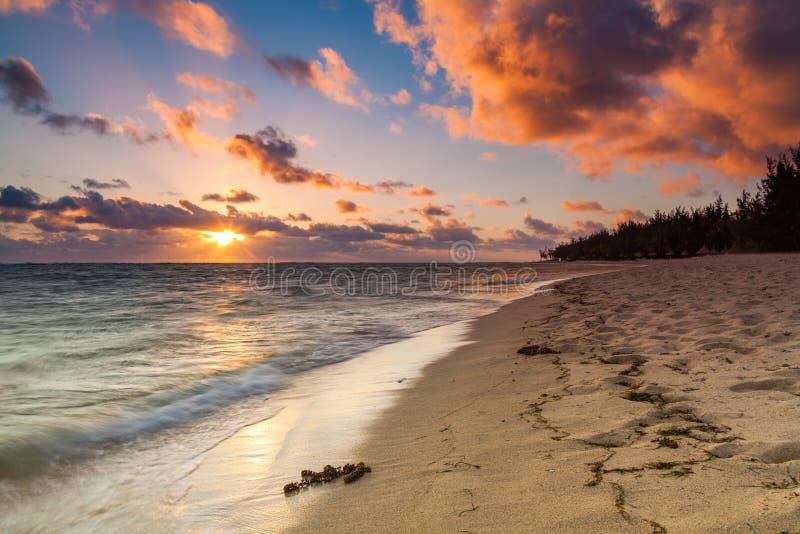 Красивый заход солнца на пляже в тропическом курорте на Острове Реюньон стоковая фотография