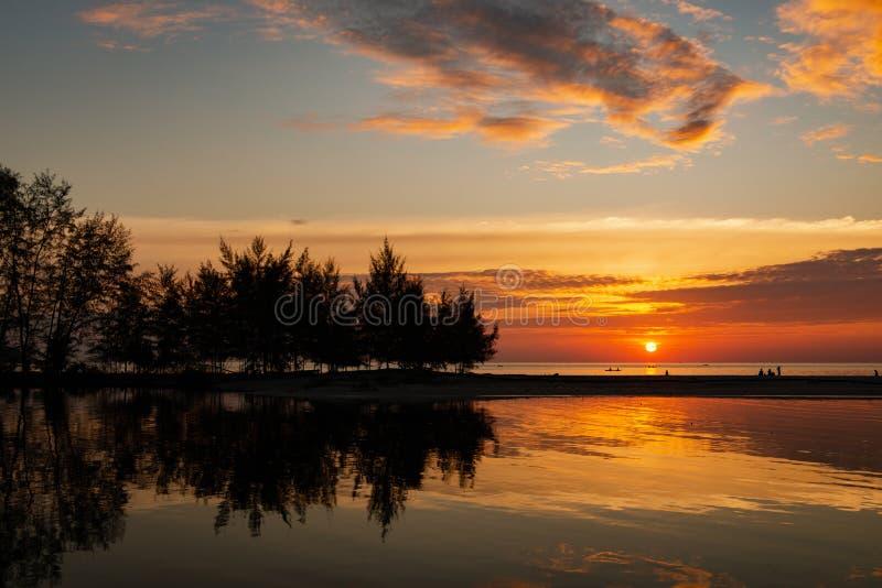 Красивый заход солнца с силуэтом стоковые фотографии rf
