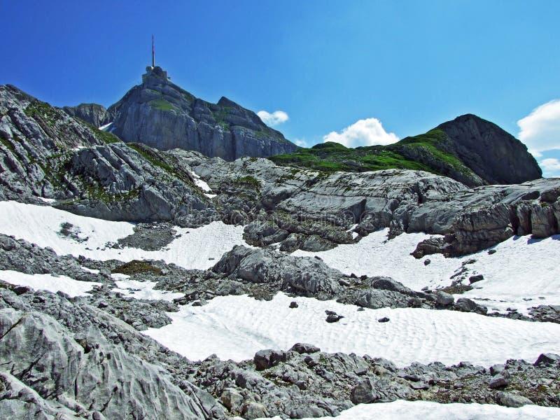 Красивый и доминантный высокогорный пик Säntis в горной цепи Alpstein стоковые изображения rf