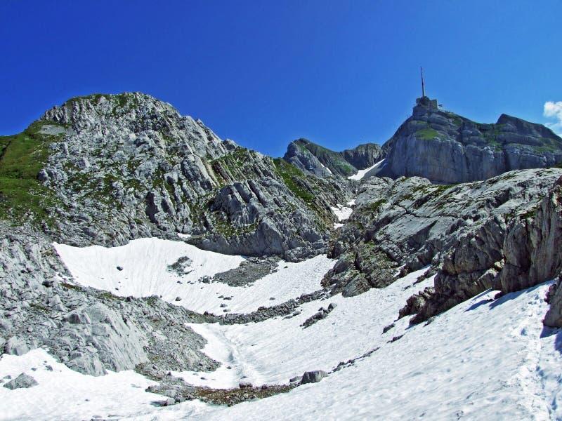 Красивый и доминантный высокогорный пик Säntis в горной цепи Alpstein стоковая фотография rf