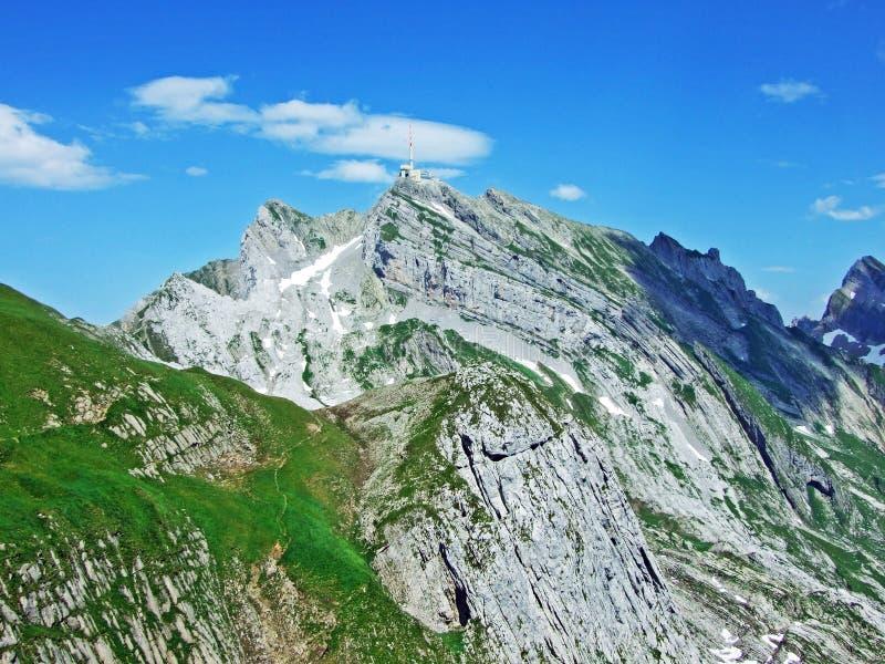 Красивый и доминантный высокогорный пик Säntis в горной цепи Alpstein стоковое фото