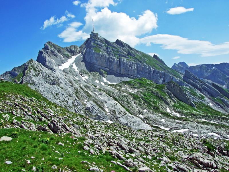 Красивый и доминантный высокогорный пик Säntis в горной цепи Alpstein стоковые фотографии rf