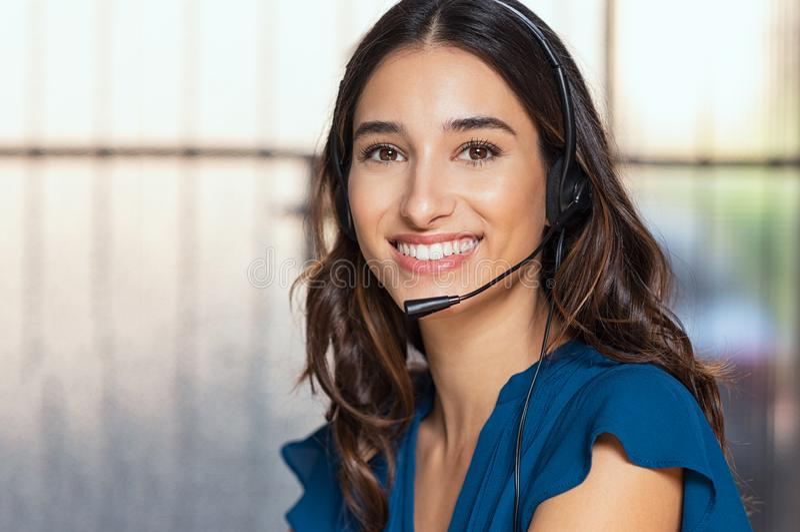 Красивый консультант центра телефонного обслуживания стоковое изображение rf