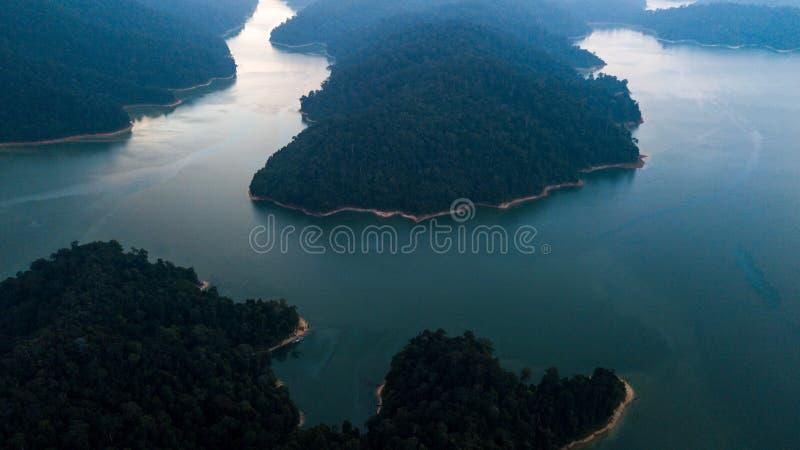 Красивый ландшафт вида с воздуха на королевском Belum Малайзии с туманом окружая его стоковое изображение