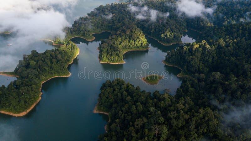 Красивый ландшафт вида с воздуха на королевском Belum Малайзии с туманом окружая его стоковое фото rf