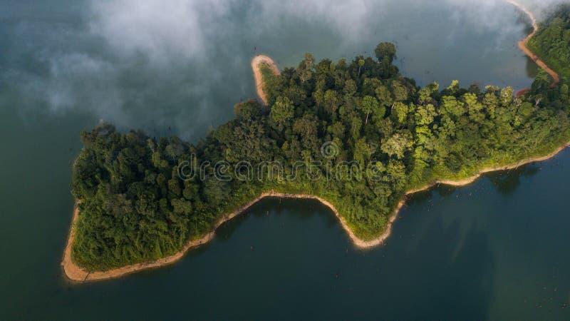 Красивый ландшафт вида с воздуха на королевском Belum Малайзии с туманом окружая его стоковые изображения rf
