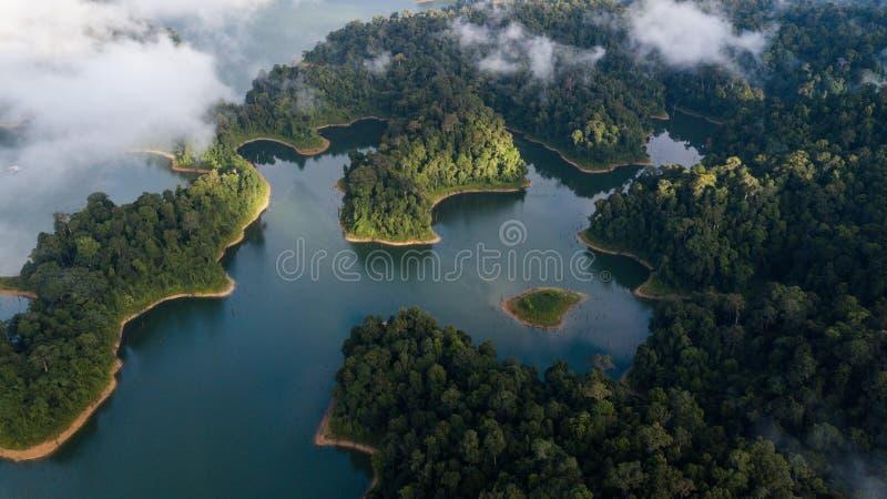 Красивый ландшафт вида с воздуха с туманом окружая зону холма в королевском Belum Малайзии стоковая фотография