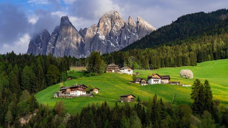 Красивый ландшафт в Альпах Санта Maddalena, Di Funes Val, доломиты, Италия зеленый лужок стоковое фото rf