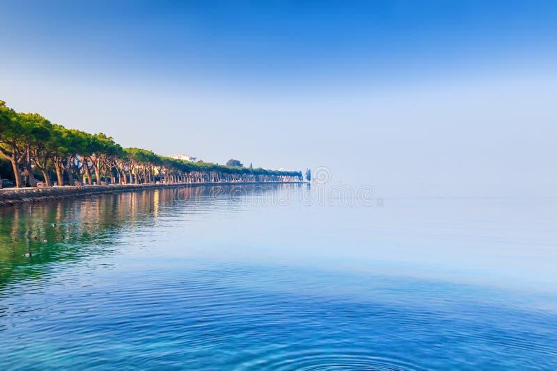 Красивый ландшафт озера Garda в Peschiera del Garda, Италии стоковые фото