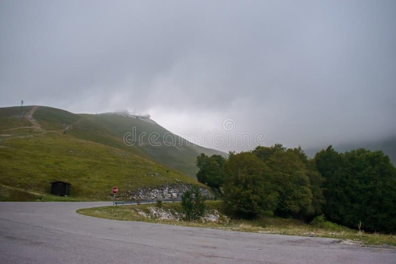Красивый ландшафт от горы Terminillo, массива Reatini, ряда Abruzzi Apennine в центральной Италии стоковое фото