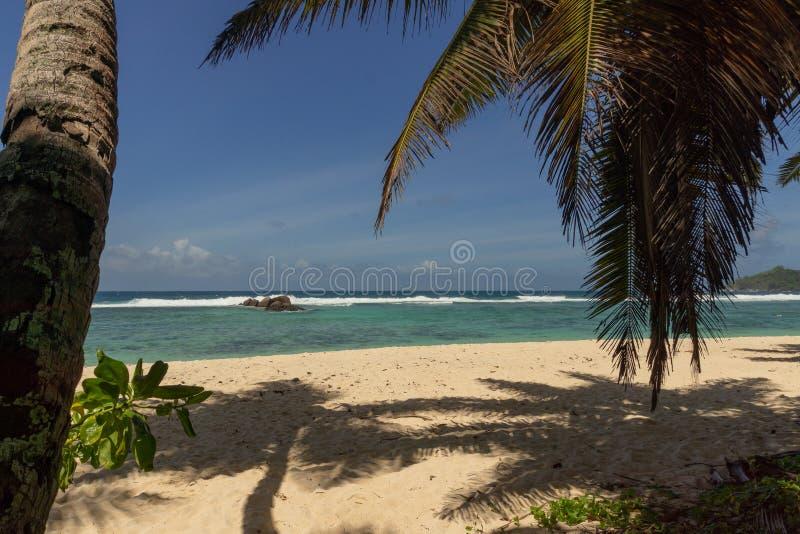 Красивый пляж на острове Mahe, Сейшельских островах стоковая фотография