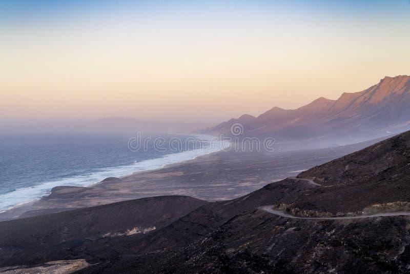 Красивый пляж Cofete на заходе солнца, остров Фуэртевентуры, Канарских островов, Испании стоковые фотографии rf