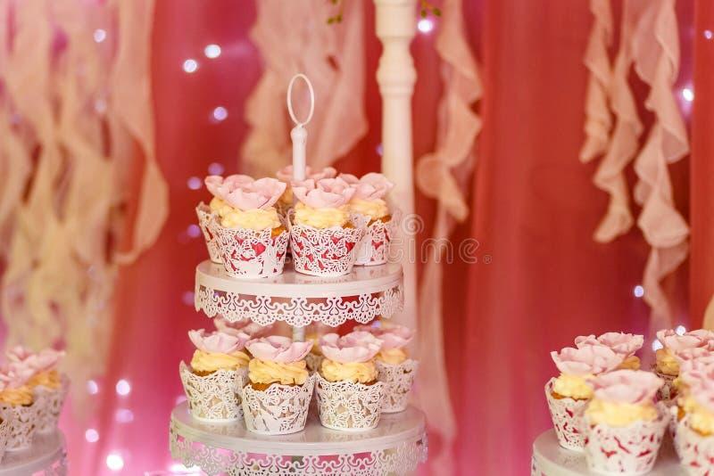 Красивый сметанообразный торт в белых чашках стоковые изображения rf