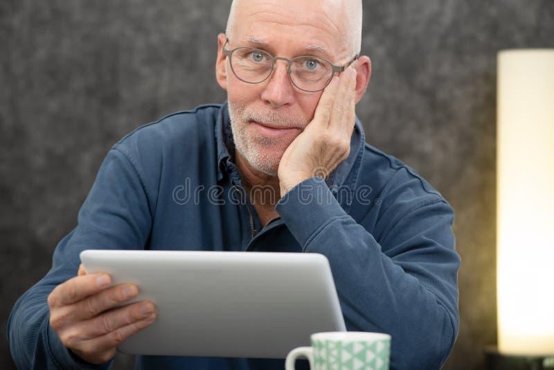 Красивый старший человек используя планшет стоковая фотография rf
