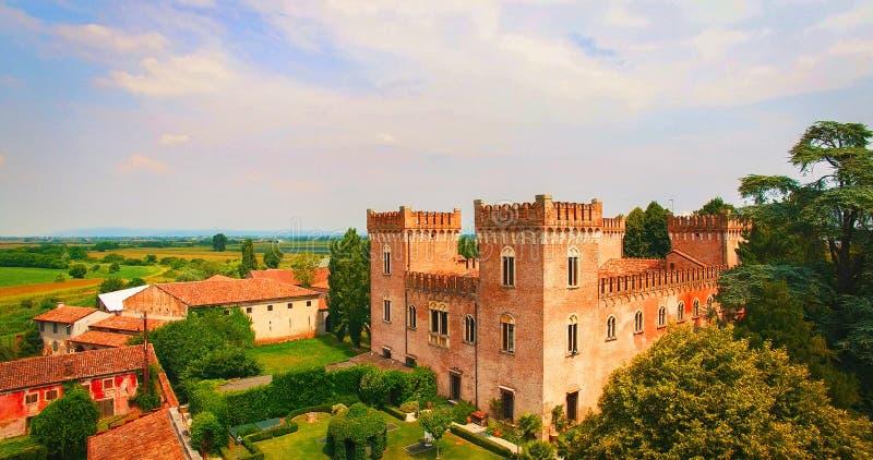 Красивый старый итальянский замок хозяйничая свадьба в сельской местности стоковое фото