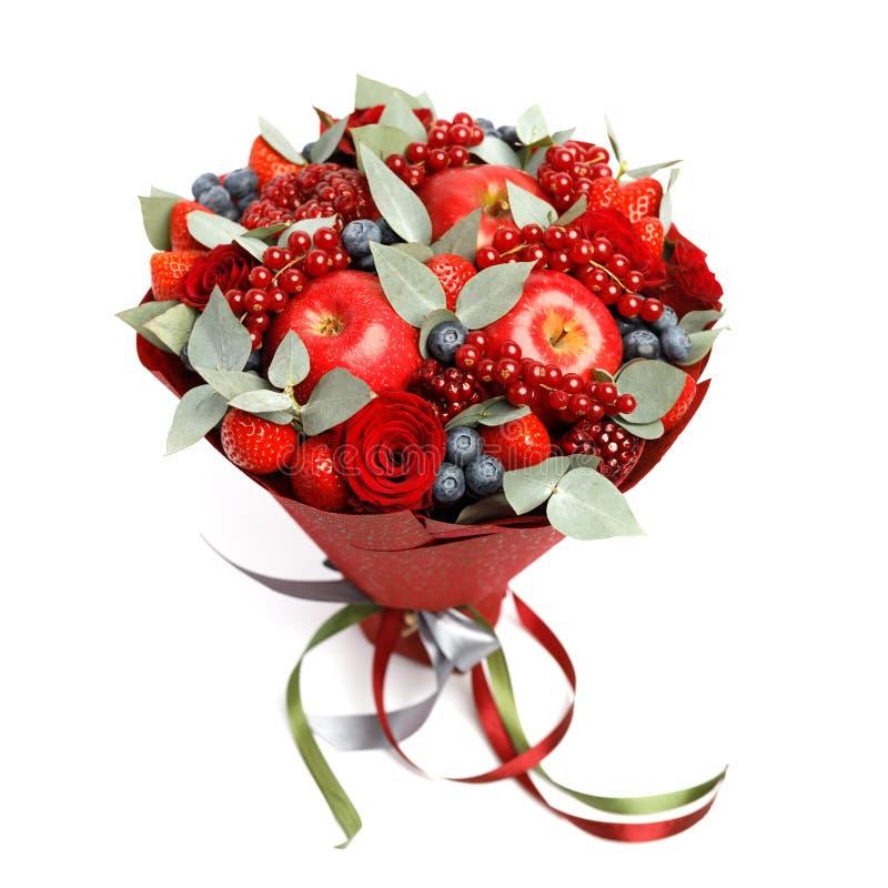 Красивый яркий красный съестной букет клубник, гранатовых деревьев, яблок, голубик и роз на белой предпосылке стоковое изображение rf
