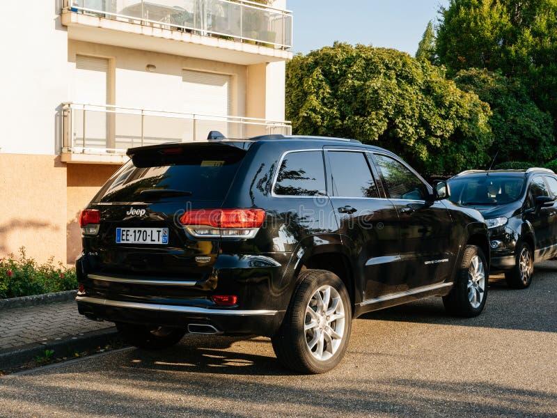Красивый черный автомобиль виллиса SUV вида сзади припарковал стоковые фотографии rf