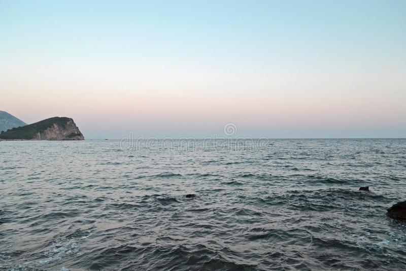 Красивый seascape во дне захода солнца Глубоководье и остров на взгляде Концепция перемещения, отдыхает, ослабляет, туризм, отдых стоковое изображение