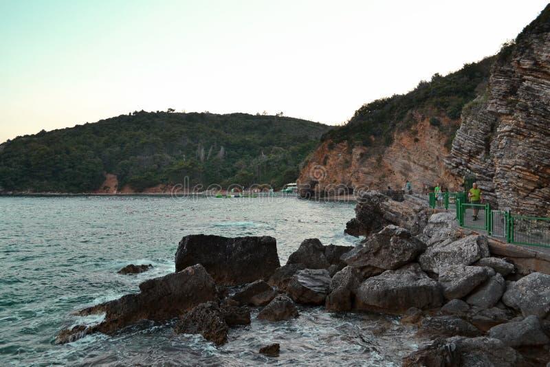 Красивый seascape около скалы утеса и острых камней в Budva Черногории Особенный путь для туристов Изумляя ландшафт захода солнца стоковая фотография
