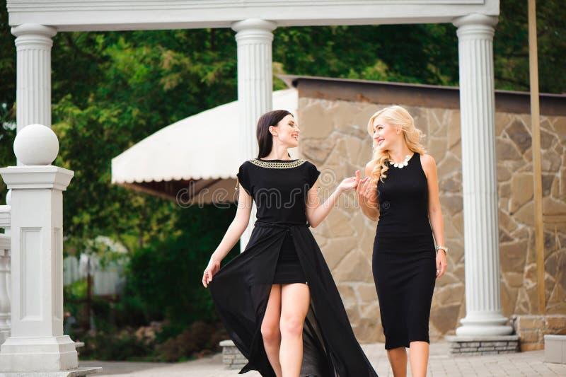 2 красивых девушки идя вниз с внешних лестниц стоковые изображения rf