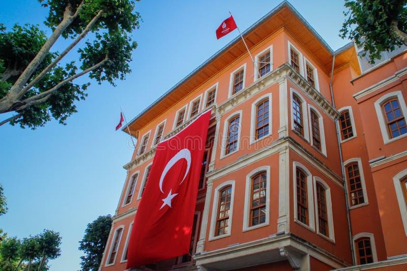 Красивое барочное здание с огромным турецким флагом на фасаде стоковые изображения