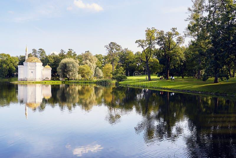 Красивое здание на озере стоковая фотография