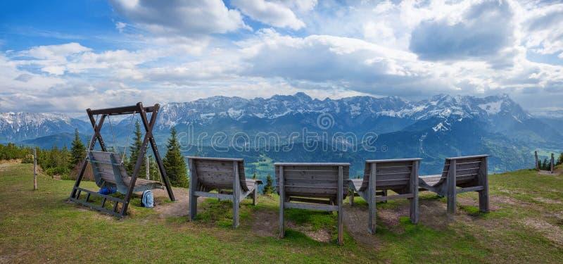 Красивое место бдительности с sunbeds и взгляд панорамы к баварским горным вершинам стоковая фотография rf