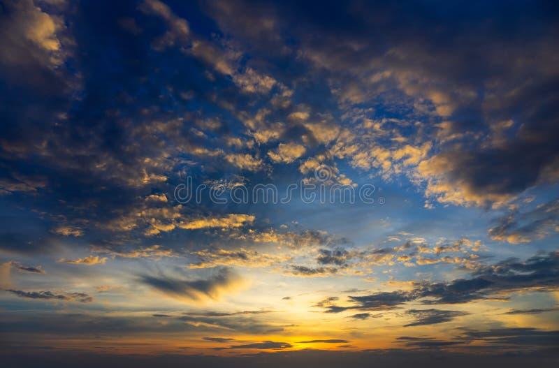 Красивое тропическое небо после захода солнца стоковая фотография
