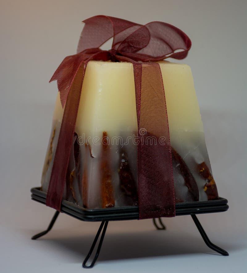 Красная белая свеча с перцами внутрь стоковое фото rf