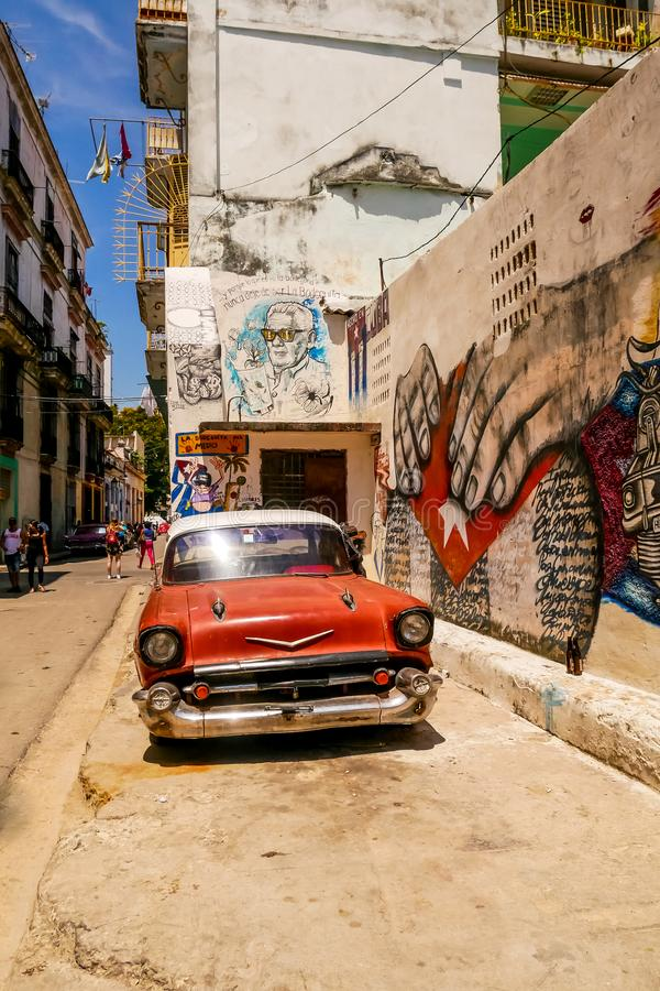 Красные автомобиль и граффити стоковые изображения