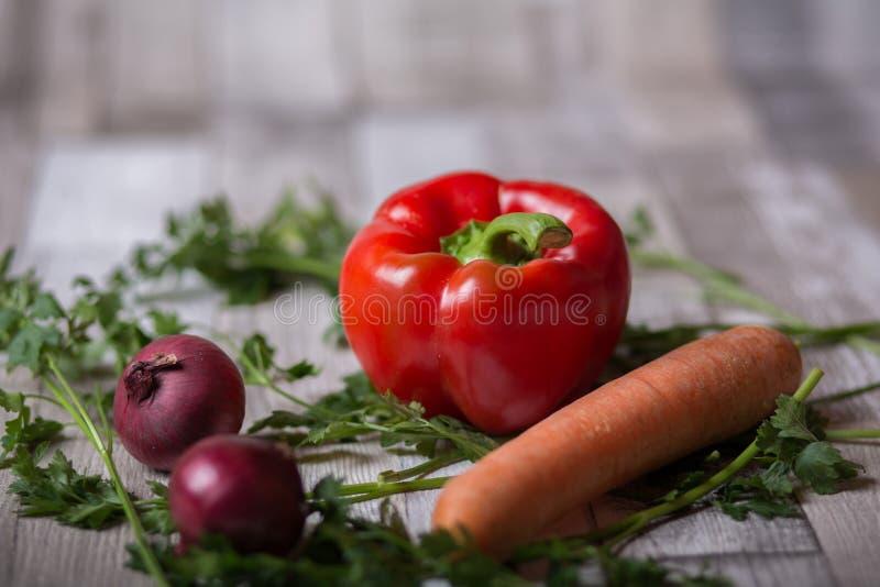 Красный пеец, морковь и луки стоковые фото