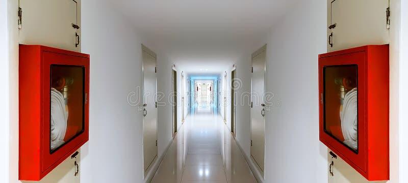 Красный шкаф пожарного рукава в коридоре стоковое изображение rf
