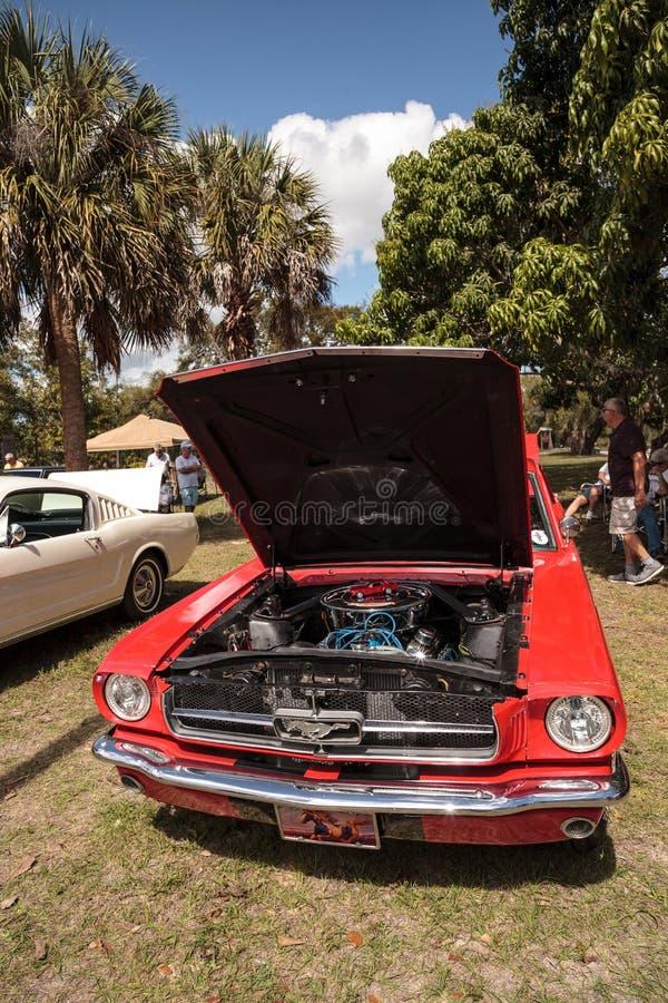 Красный Ford Mustang 1965 на 10th ежегодном классическом шоу автомобиля и ремесла стоковые фото