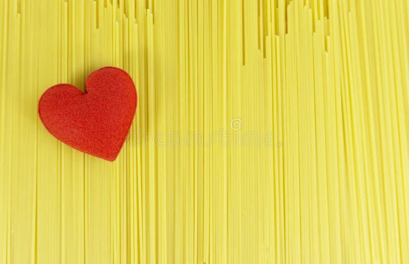 Красное сердце на линии ингредиентах спагетти для варить в любов стоковое изображение rf