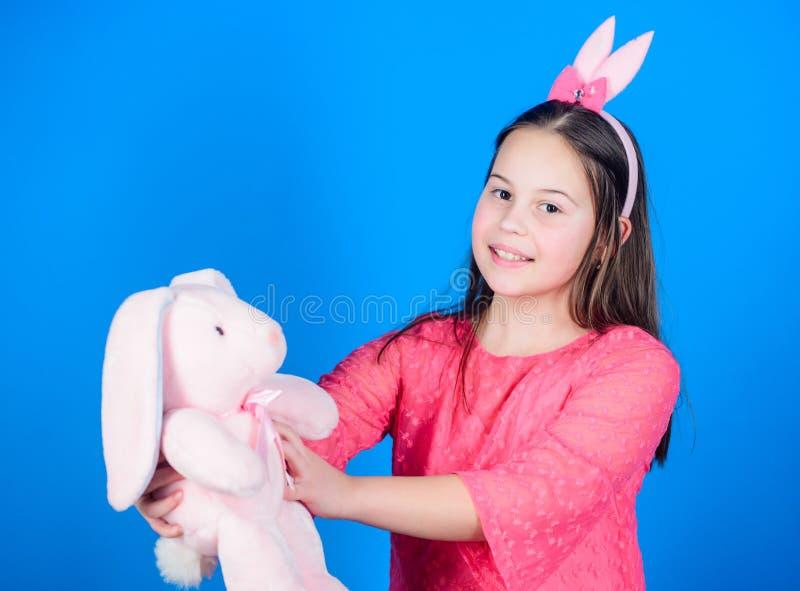 красотка шаловливая Маленькая девочка с игрушкой зайцев Охота яичка Праздник семьи пасха счастливая Партия весны Ребенок в зайчик стоковые изображения rf