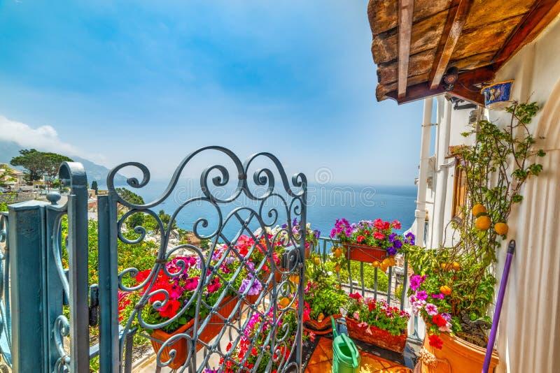 Красочная терраса в мире известном Positano стоковое фото rf