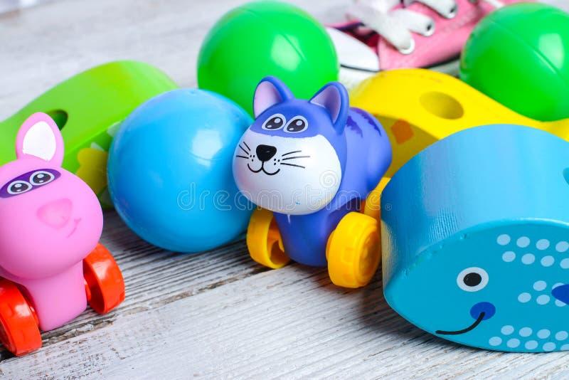 Красочные игрушки младенца и небольшие пластиковые шарики стоковые фотографии rf