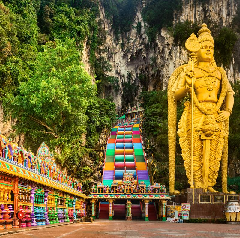 красочные лестницы пещер batu Малайзия стоковые фотографии rf
