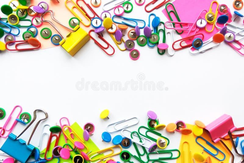 Красочные неподвижные, задняя часть в школу, канцелярские товары завертывают зажимы в бумагу, штыри, желтые примечания, стикеры н стоковое изображение rf