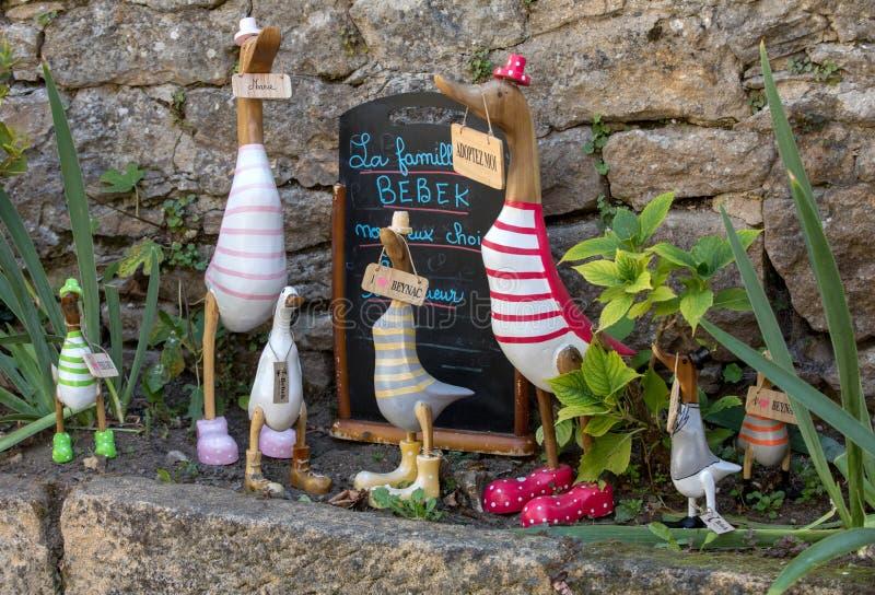 Красочные деревянные гусыни в сувенирном магазине внутри Beynac-et-Cazenac Perigord, Дордоне, Франции стоковое фото