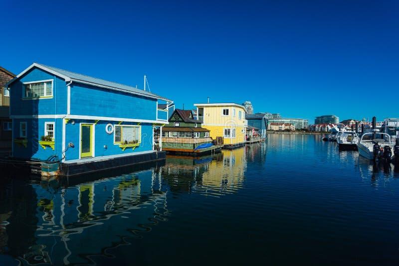 Красочные деревянные плавая дома на солнечный летний день с голубым небом стоковое фото