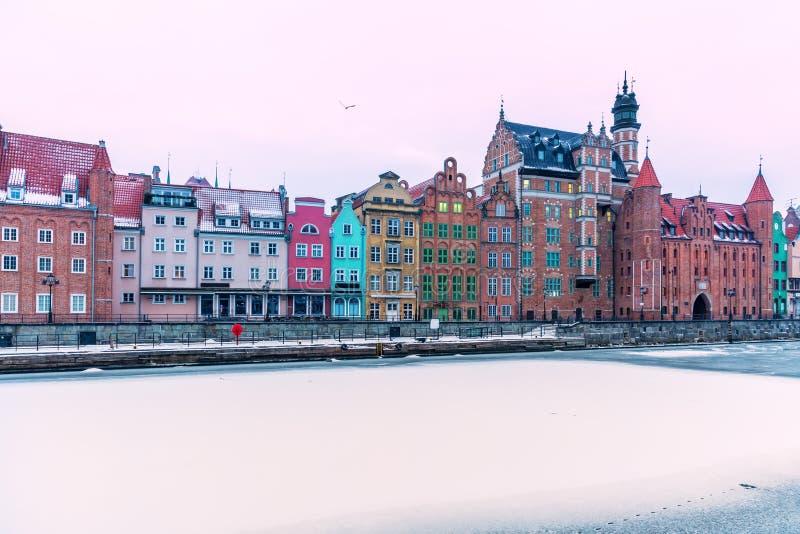 Красочные фасады и снежное Motlawa в Гданьск, Польше стоковое изображение