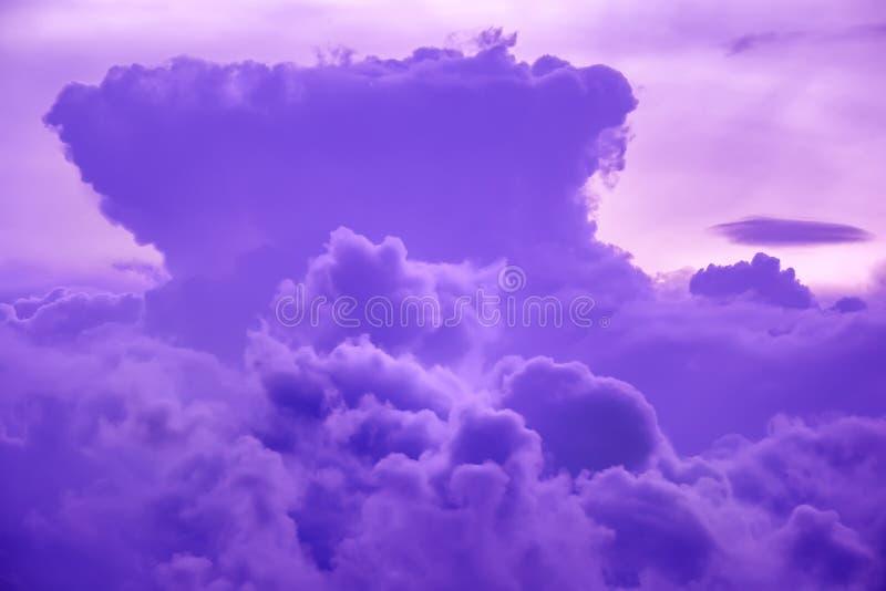 Красочные облака на небе захода солнца Абстрактная и драматическая предпосылка облаков стоковые фотографии rf