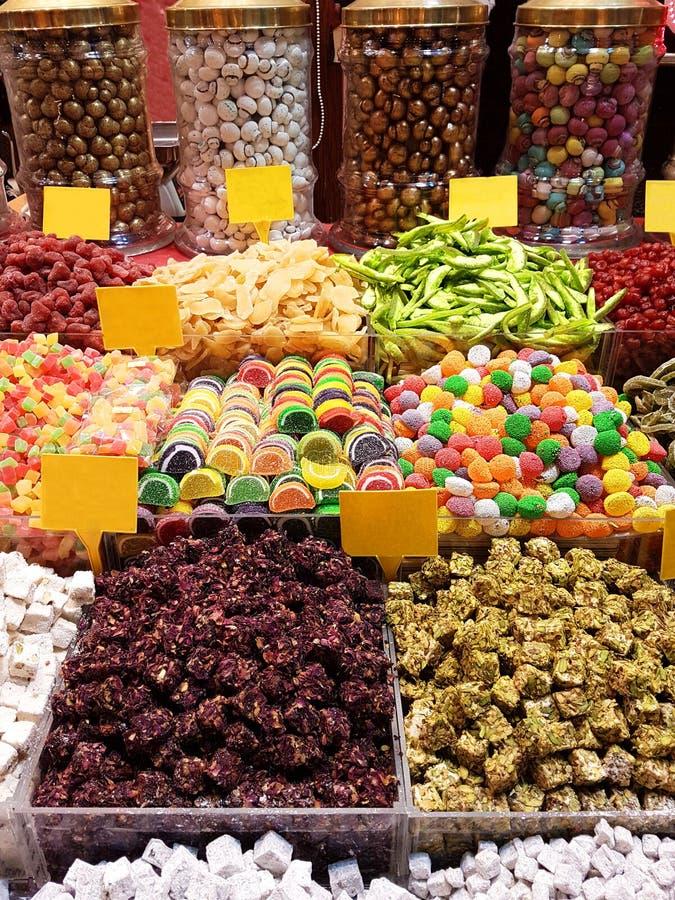 Красочные очень вкусные конфеты в гранд-базаре Стамбуле стоковые изображения rf