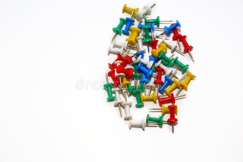Красочные pushpins на белой предпосылке стоковое изображение rf